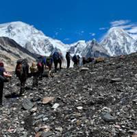 Heading up the Baltoro Glacier towards Concordia, G4 and Broad Peak | Soren Kruse Ledet